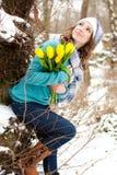 Mulher com um ramalhete das flores no parque Imagem de Stock