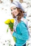 Mulher com um ramalhete das flores no parque Fotografia de Stock Royalty Free