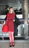 Mulher com um saco da estrada no aeroporto Foto de Stock Royalty Free
