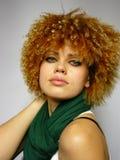 Mulher com um tampão curly em uma cabeça Imagem de Stock Royalty Free