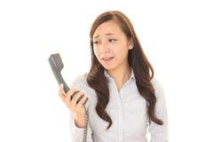 Mulher com um telefone Fotografia de Stock Royalty Free