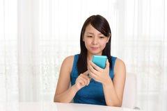 Mulher com um telefone esperto Foto de Stock
