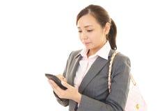 Mulher com um telefone esperto Imagens de Stock