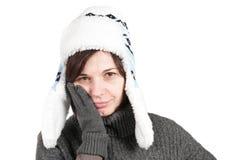 Mulher com um toothache, um chapéu desgastando do inverno e um glo Imagem de Stock Royalty Free