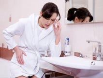 Mulher com um toxicosis forte Fotografia de Stock Royalty Free
