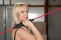 Mulher com um treinamento da aptidão da vara do balanço Imagens de Stock Royalty Free