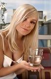 Mulher com um vidro da água Fotografia de Stock