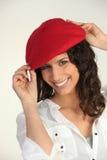 Mulher com uma boina vermelha Fotografia de Stock