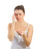 Mulher com uma cabeça da terra arrendada da dor de cabeça Fotografia de Stock