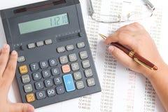 Mulher com uma calculadora Fotos de Stock Royalty Free