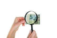 Mulher com uma conta nova de cinco-Euro Foto de Stock Royalty Free