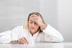 Mulher com uma dor de cabeça imagens de stock