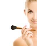 Mulher com uma escova da composição foto de stock