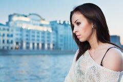 Mulher com uma expressão séria no fundo do rio fotos de stock royalty free