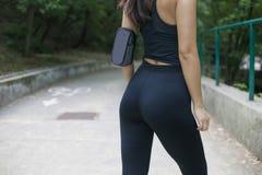 Mulher com uma figura perfeita que faz esportes, aptidão, água potável fotografia de stock royalty free