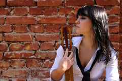 Mulher com uma guitarra fotografia de stock
