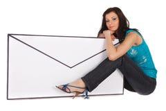 Mulher com uma letra imagem de stock royalty free