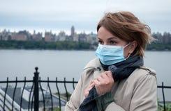 Mulher com uma máscara protetora médica em exterior Imagem de Stock