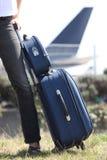 Mulher com uma mala de viagem Fotografia de Stock Royalty Free