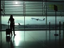 Mulher com uma mala de viagem no aeroporto Foto de Stock Royalty Free