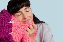 Mulher com uma manta morna em suas mãos Foto de Stock