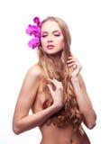 Mulher com uma orquídea Fotos de Stock Royalty Free