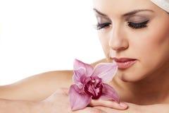 Mulher com uma orquídea imagens de stock