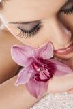 Mulher com uma orquídea fotografia de stock