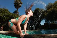 Mulher com uma piscina durante o verão Fotografia de Stock Royalty Free
