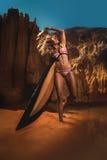 Mulher com uma placa de ressaca Imagem de Stock Royalty Free