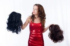 Mulher com uma seleção da peruca imagens de stock royalty free