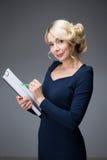 Mulher com uma tabuleta Imagens de Stock
