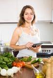 Mulher com uma tabuleta nas mãos Imagens de Stock Royalty Free