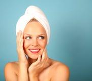 Mulher com uma toalha no cabelo fotos de stock royalty free
