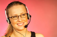 Mulher com uns auriculares fotografia de stock royalty free