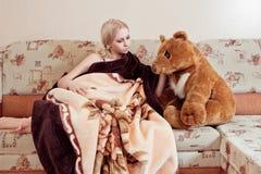 Mulher com urso de peluche fotografia de stock royalty free