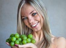 A mulher com uvas Imagens de Stock