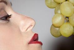 Mulher com uvas foto de stock royalty free