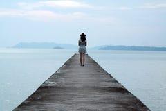Mulher com vaqueiro Hat Standing na ponte Imagem de Stock Royalty Free