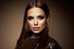 a mulher com vara Retrato do encanto do modelo bonito da mulher com composição fresca e penteado romântico foto de stock royalty free