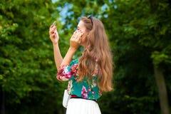 a mulher com vara Mulher triguenha bonita Foto de Stock Royalty Free