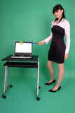 Mulher com varinha e o portátil mágicos com tela em branco Imagens de Stock