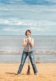 Mulher com a vassoura na praia Fotografia de Stock Royalty Free
