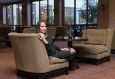 Mulher com vestido cinzento imagem de stock royalty free