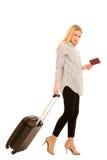 Mulher com viagem da mala de viagem isolada sobre o fundo branco Imagens de Stock