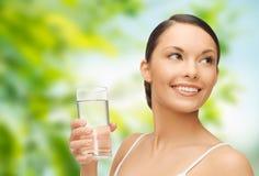 Mulher com vidro da água fotografia de stock