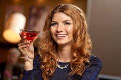 Mulher com vidro do cocktail no clube noturno fotos de stock