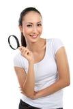 Mulher com vidro do magnifier imagens de stock