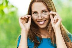 Mulher com vidros fotografia de stock royalty free