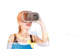 Mulher com vidros 3d e arquitetura da cidade Fotos de Stock Royalty Free